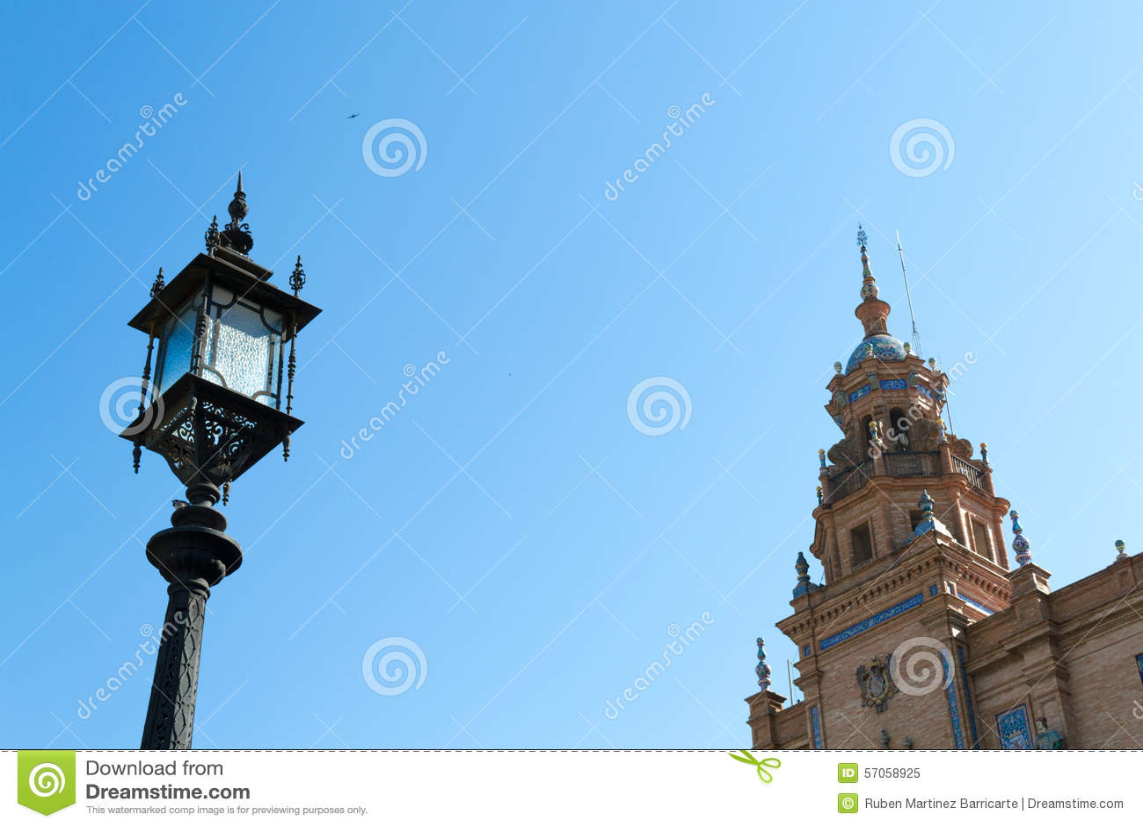 Lampost en toren bij het vierkant van Spanje