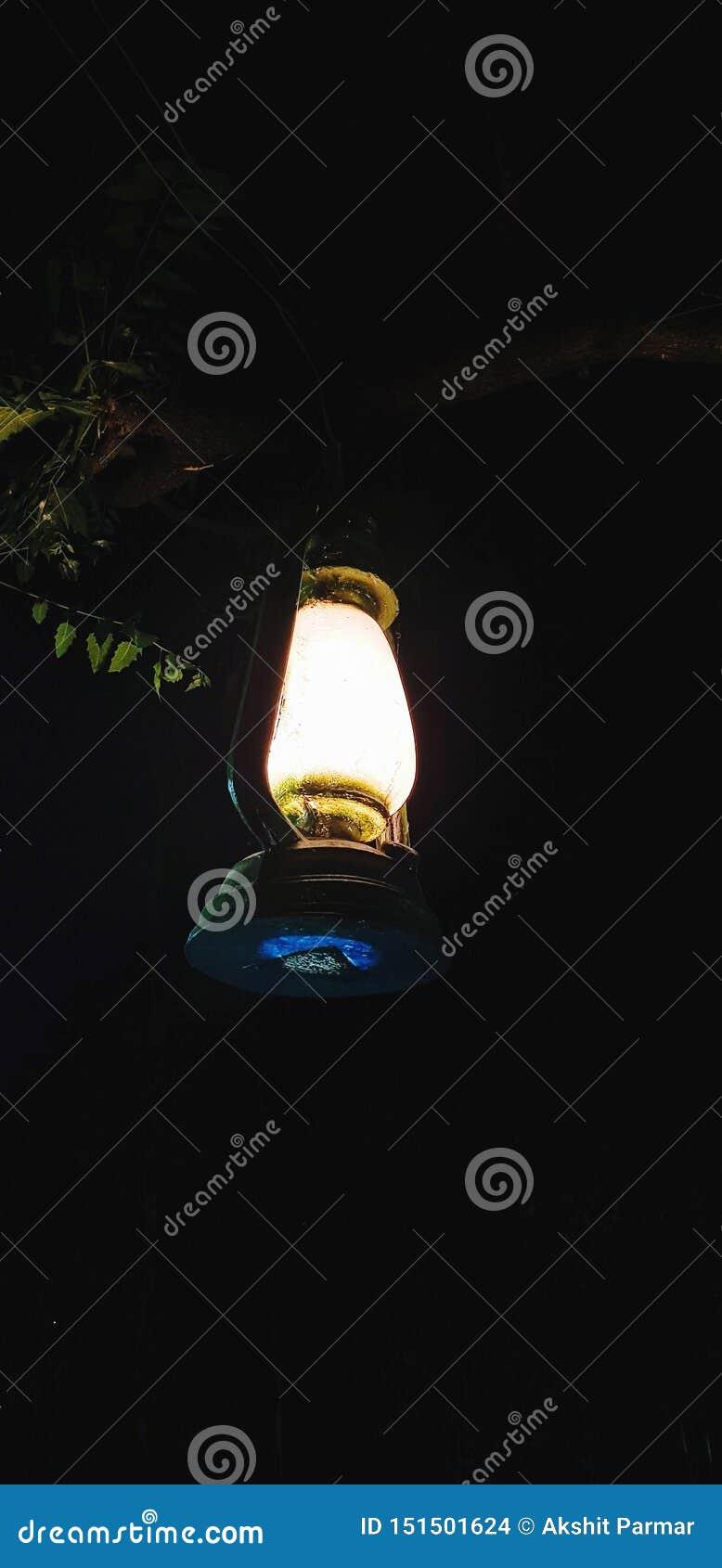 Lampowy jarzyć się w ciemnym terenie zaświeca blisko miejscem