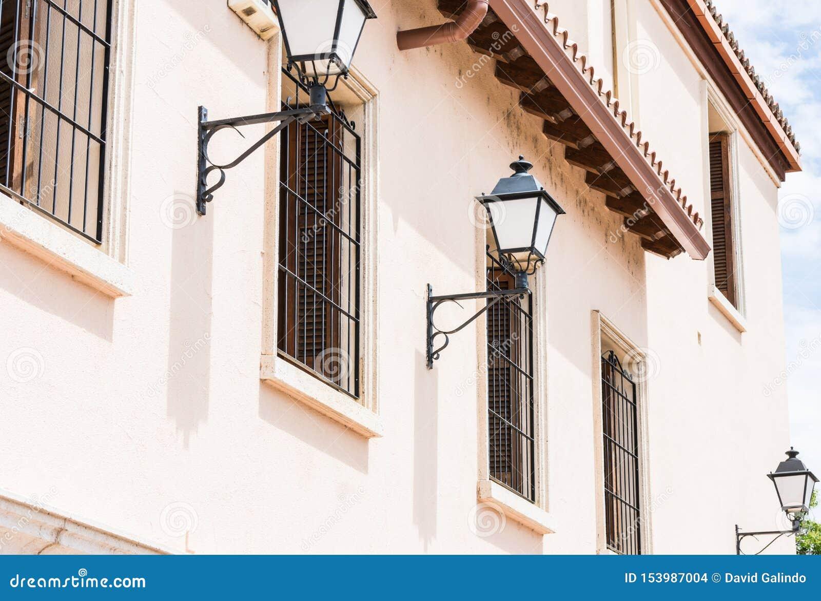Lampposts στην ιστορική πρόσοψη οικοδόμησης