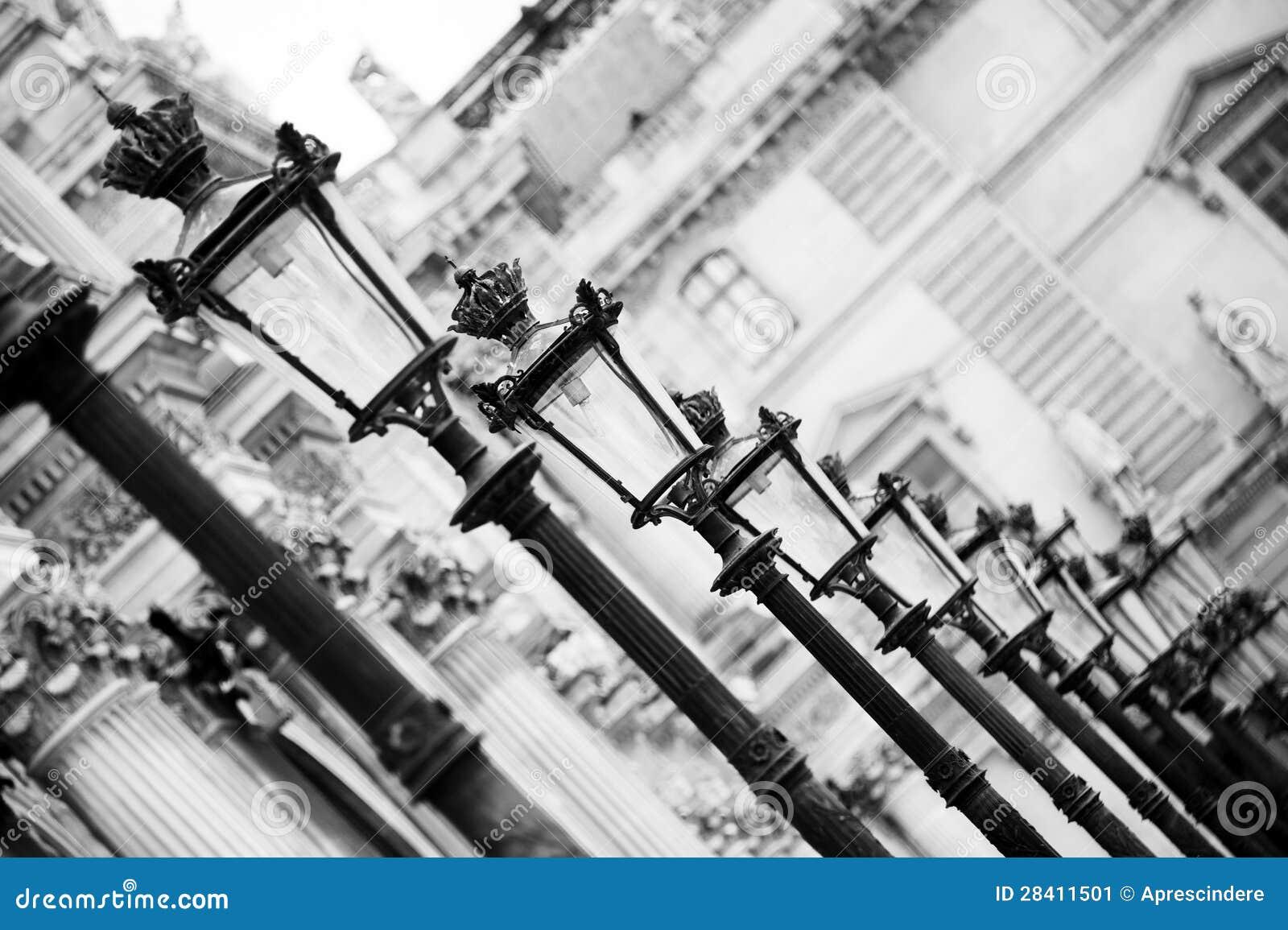 Lampy przy louvre - Paryż
