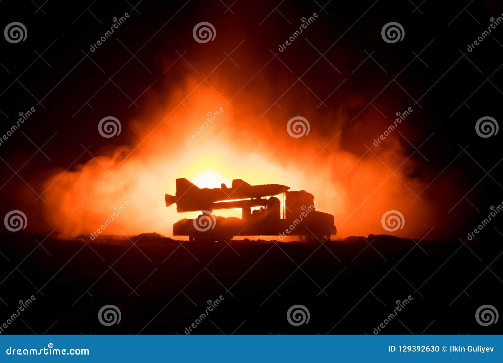 Lançamento de Rocket com nuvens do fogo A cena de batalha com os mísseis do foguete com ogiva visou o céu sombrio na noite Veícul