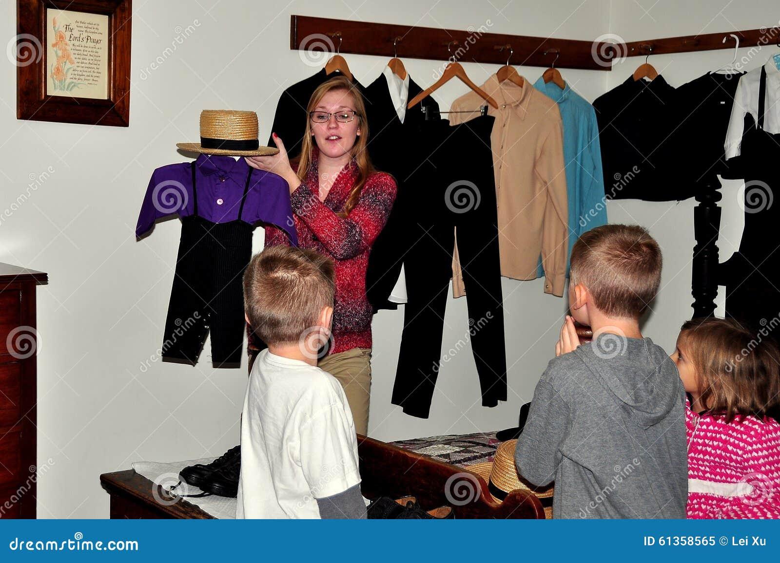 Lancaster, PA : Docent avec des enfants au musée amish de Chambre