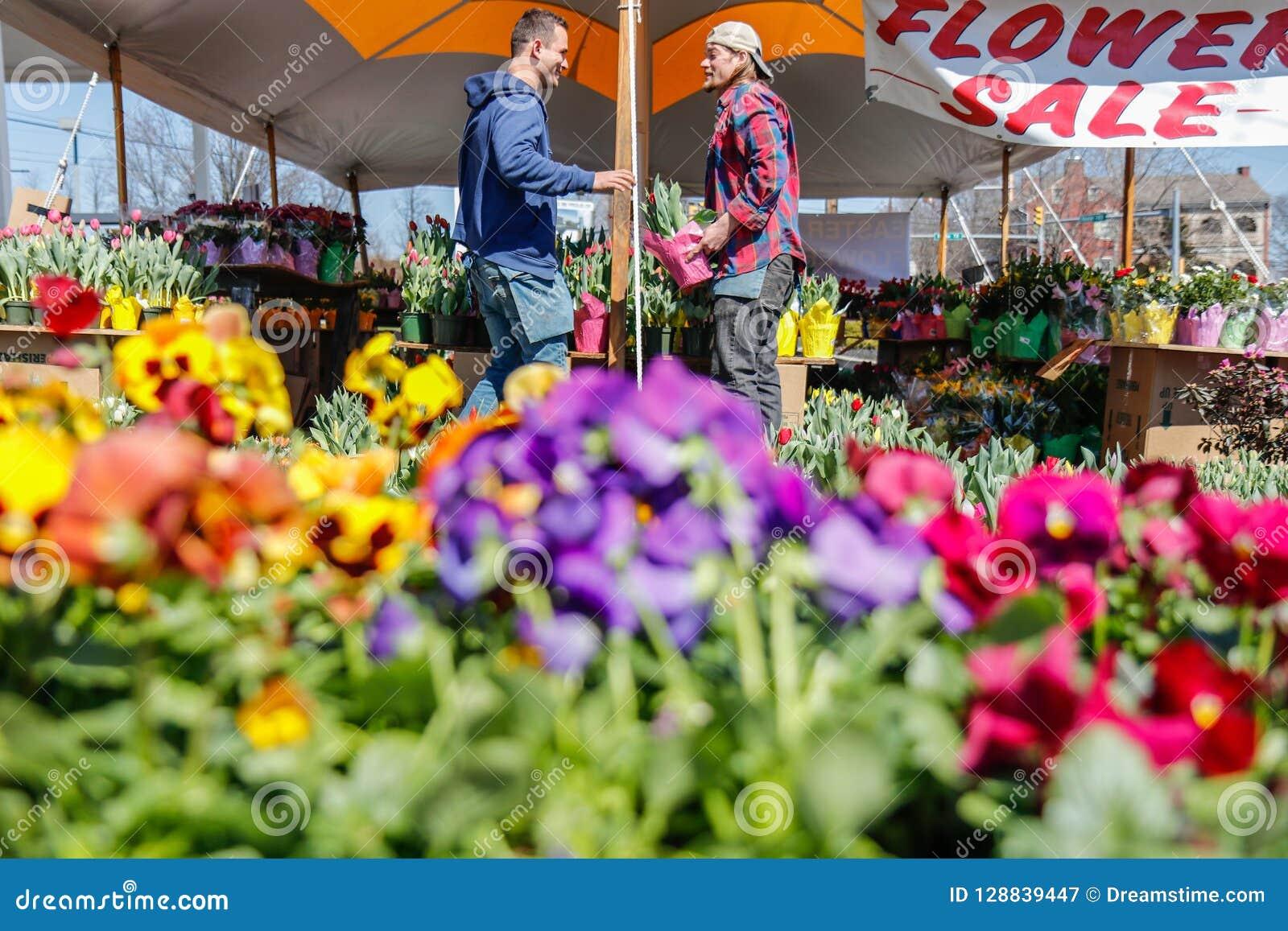LANCASTER, PENSILVÂNIA - 21 DE MARÇO DE 2018: Floresce a venda Loja de flores em fora