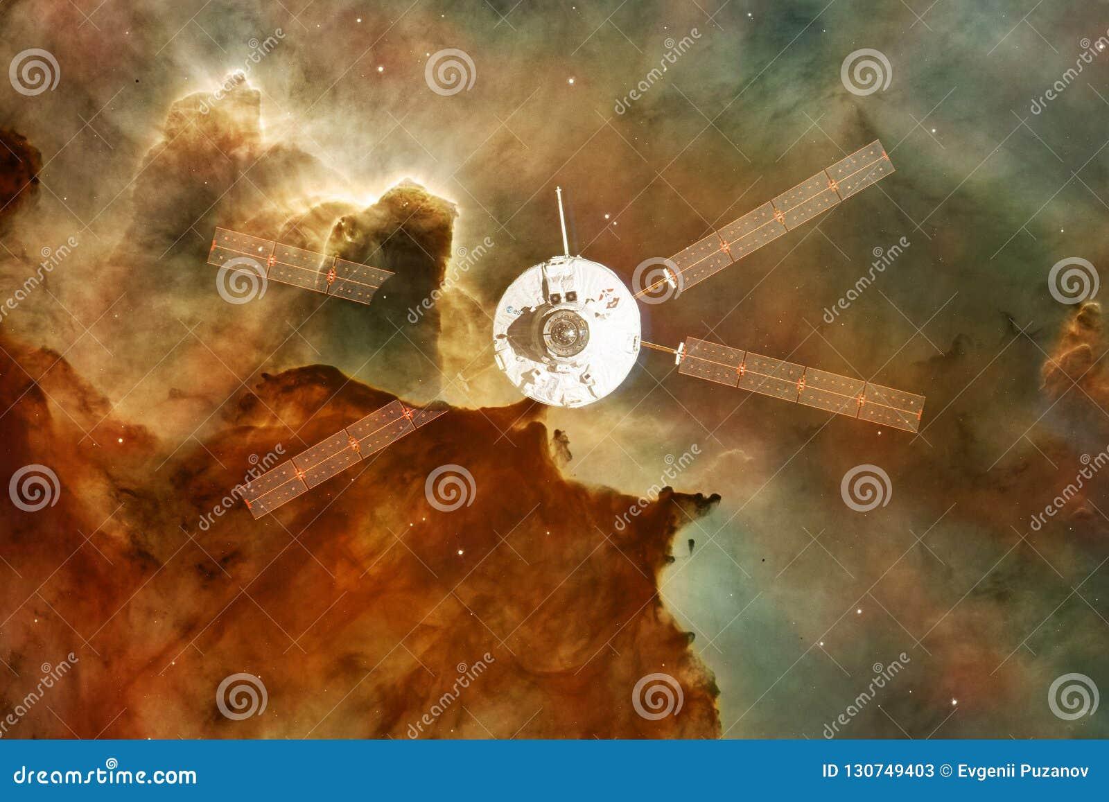 Lancement de vaisseau spatial dans l espace Beauté d espace extra-atmosphérique