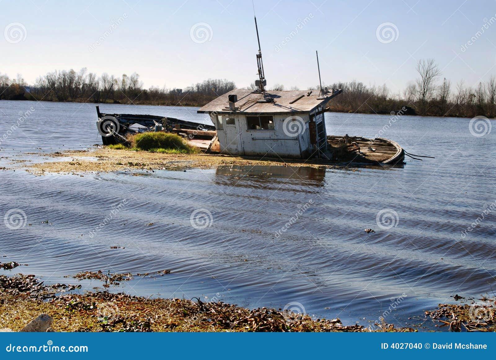 Lancha a remolque del pantano
