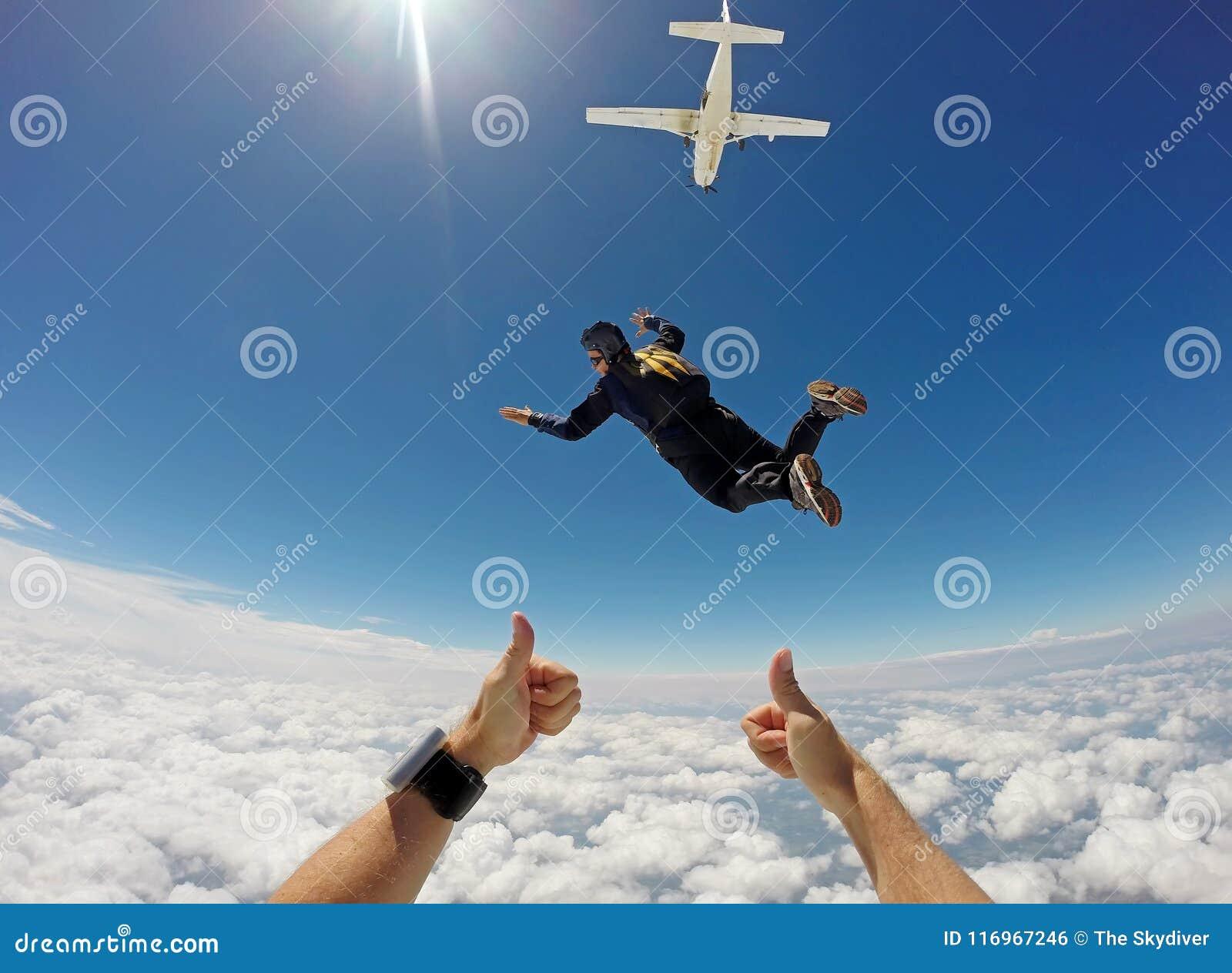 Lanciar in caduta liberasi giorno in tandem della nuvola
