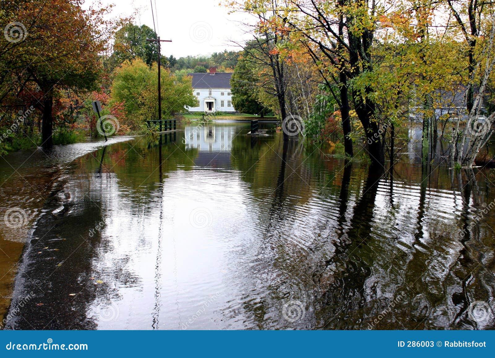 Land 5 översvämmade körbanan