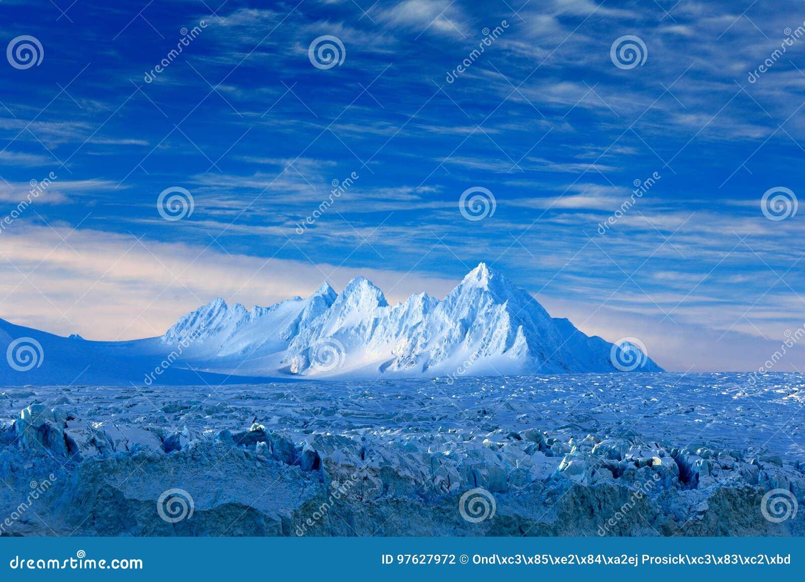 Land des Eises Reisen in arktisches Norwegen Weißer schneebedeckter Berg, blauer Gletscher Svalbard, Norwegen Eis im Ozean Eisber