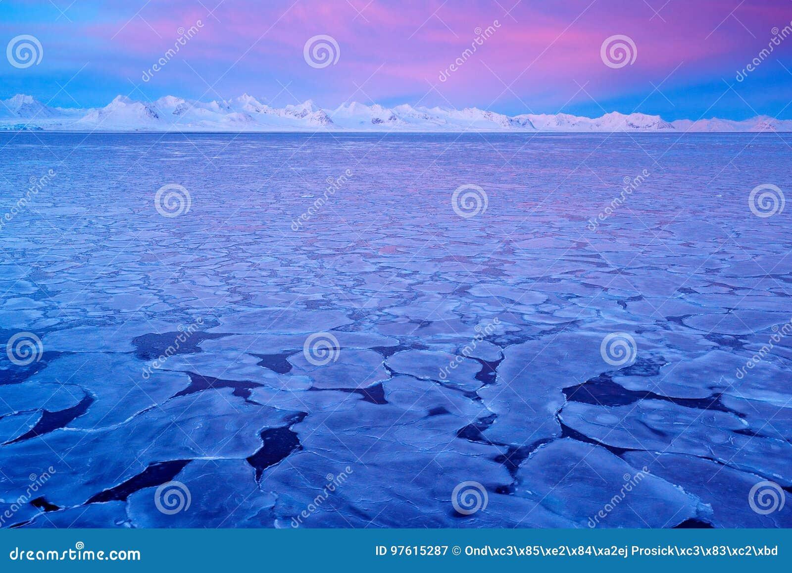 Land van ijs Het de winternoordpoolgebied Witte sneeuwberg, blauwe gletsjer Svalbard, Noorwegen Ijs in oceaan Ijsbergschemering i