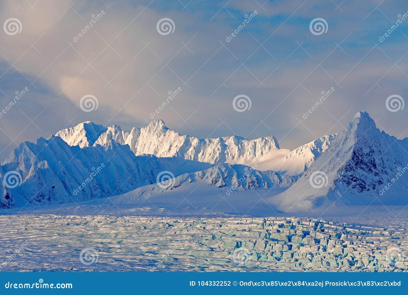 Land van ijs Het reizen in Noordpoolnoorwegen Witte sneeuwberg, blauwe gletsjer Svalbard, Noorwegen Ijs in oceaan Ijsberg in het