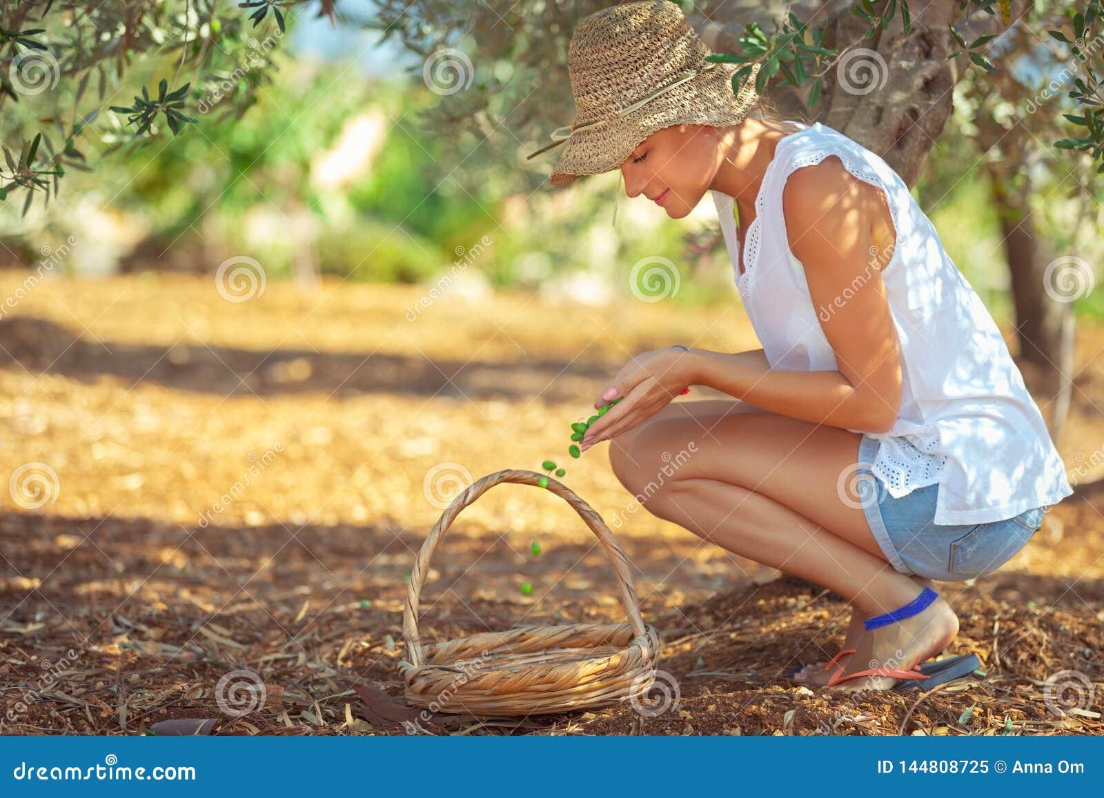 Landbouwmeisje die bessen opnemen