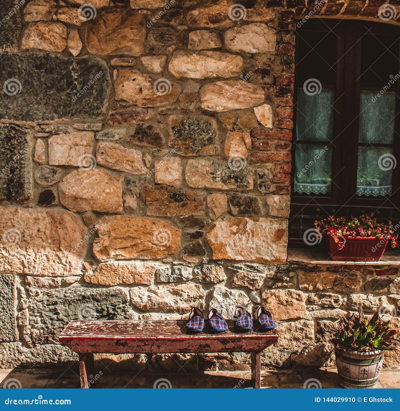 Landelijk huis in het noorden van Spanje met huispantoffels op de bank