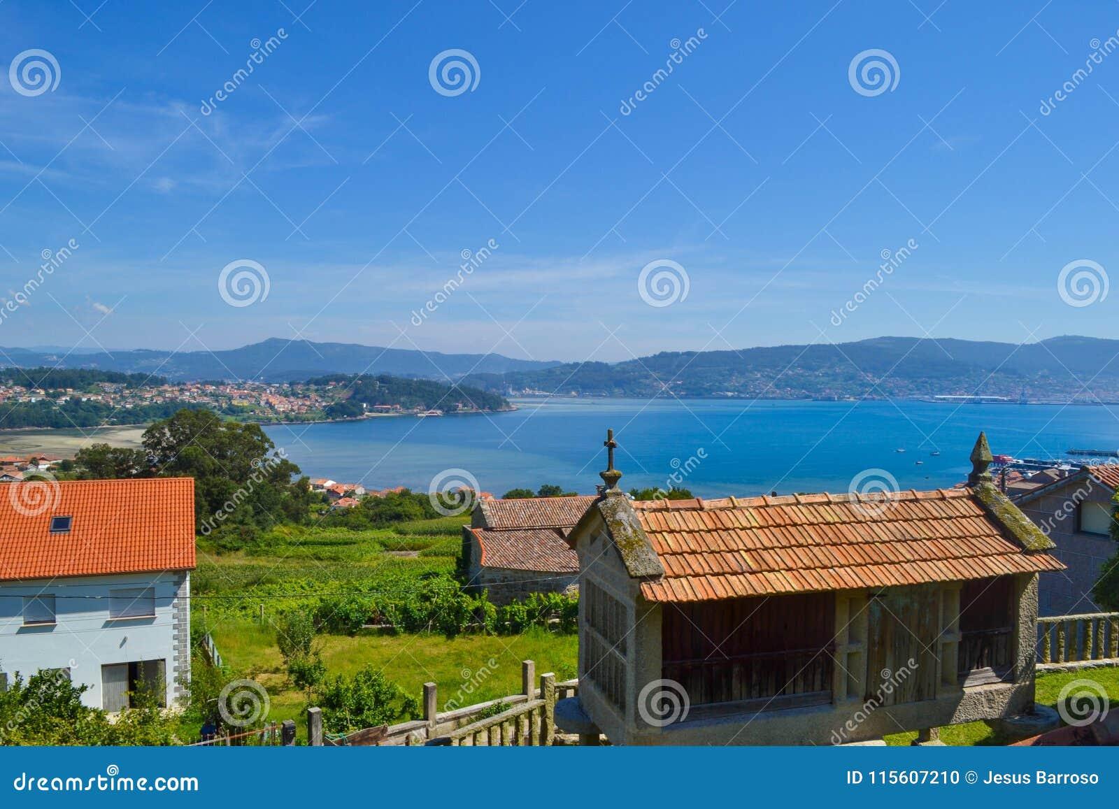 Landelijke mooie stad met landbouwbedrijven en overzees en bergen bij bac