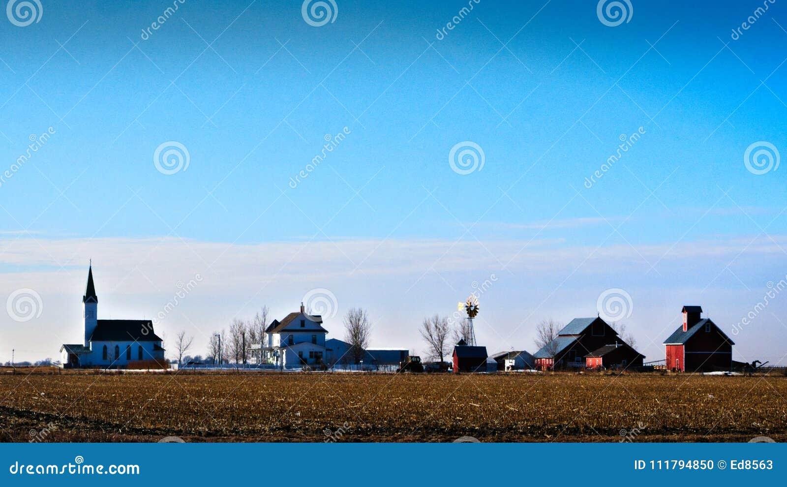 Landelijke van de de vlakteslandbouwbedrijf en kerk van midwesten scène