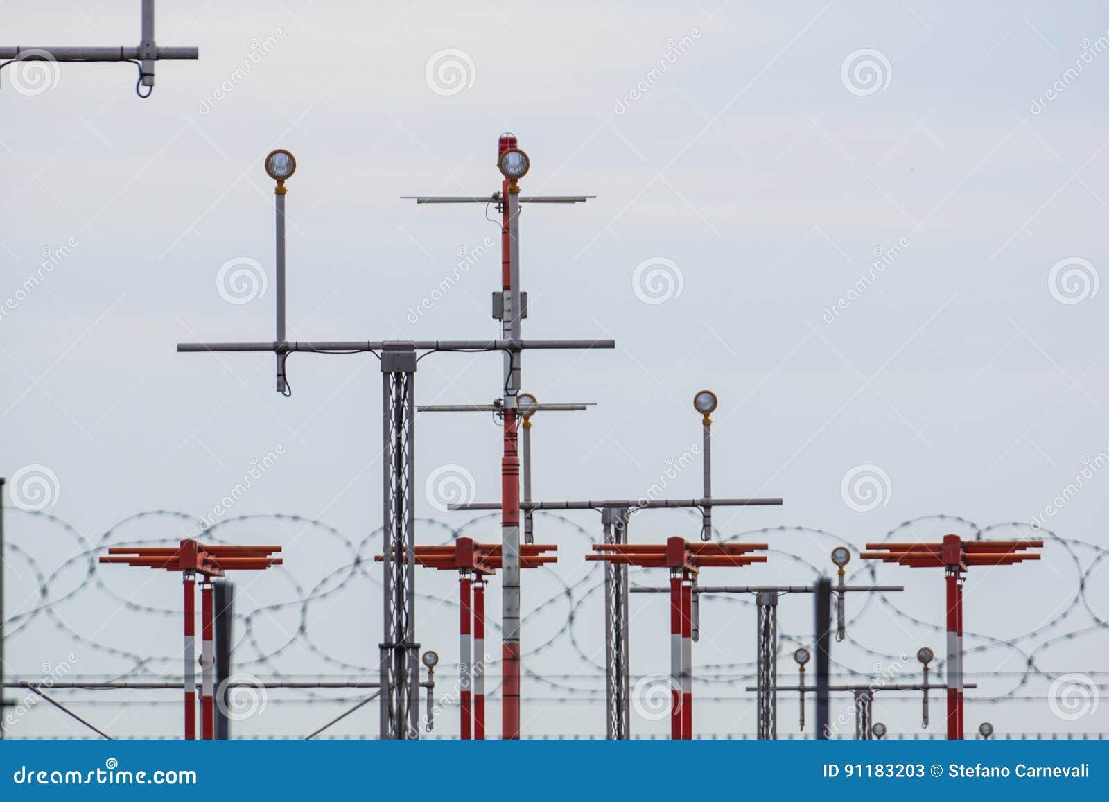 Landende lichte Richtingtekennoteringen op het tarmac van baan bij een commerciële luchthaven