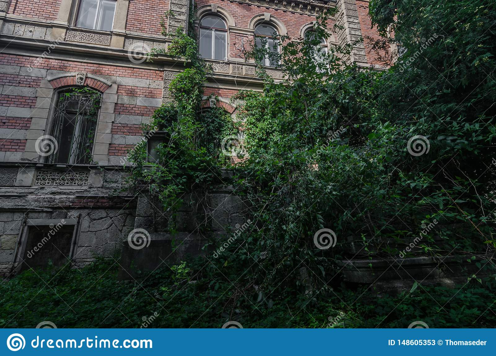 Landhaus in einem Wald mit vielen Ziegelsteinen