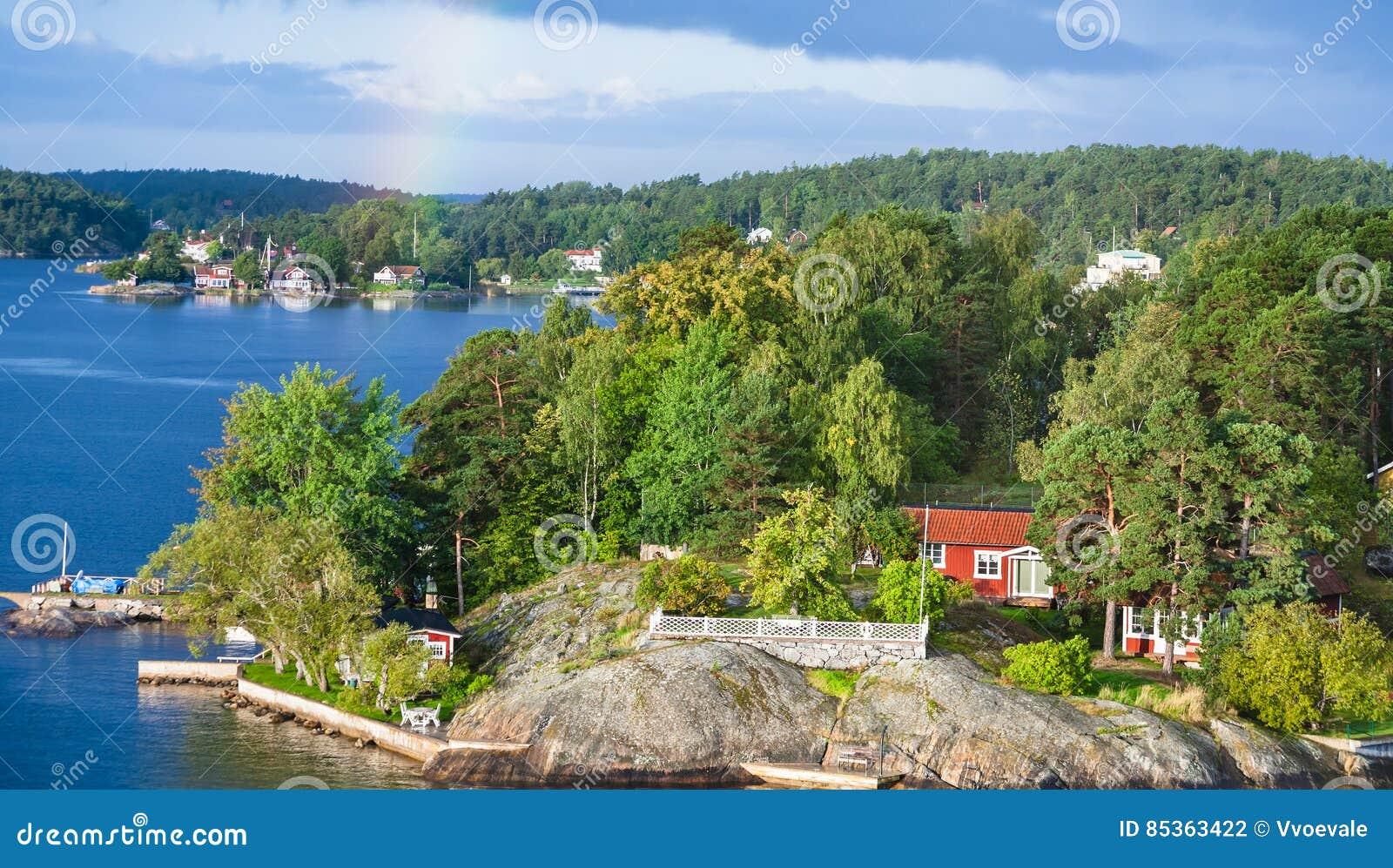Landhaus Im Grünen Holz Auf Felsiger Küste Stockfoto - Bild von ...