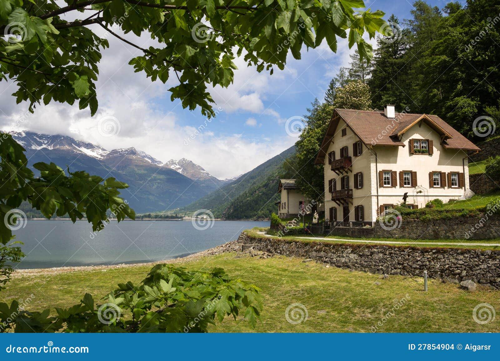 Landhaus nahe dem See in den Schweizer Alpen