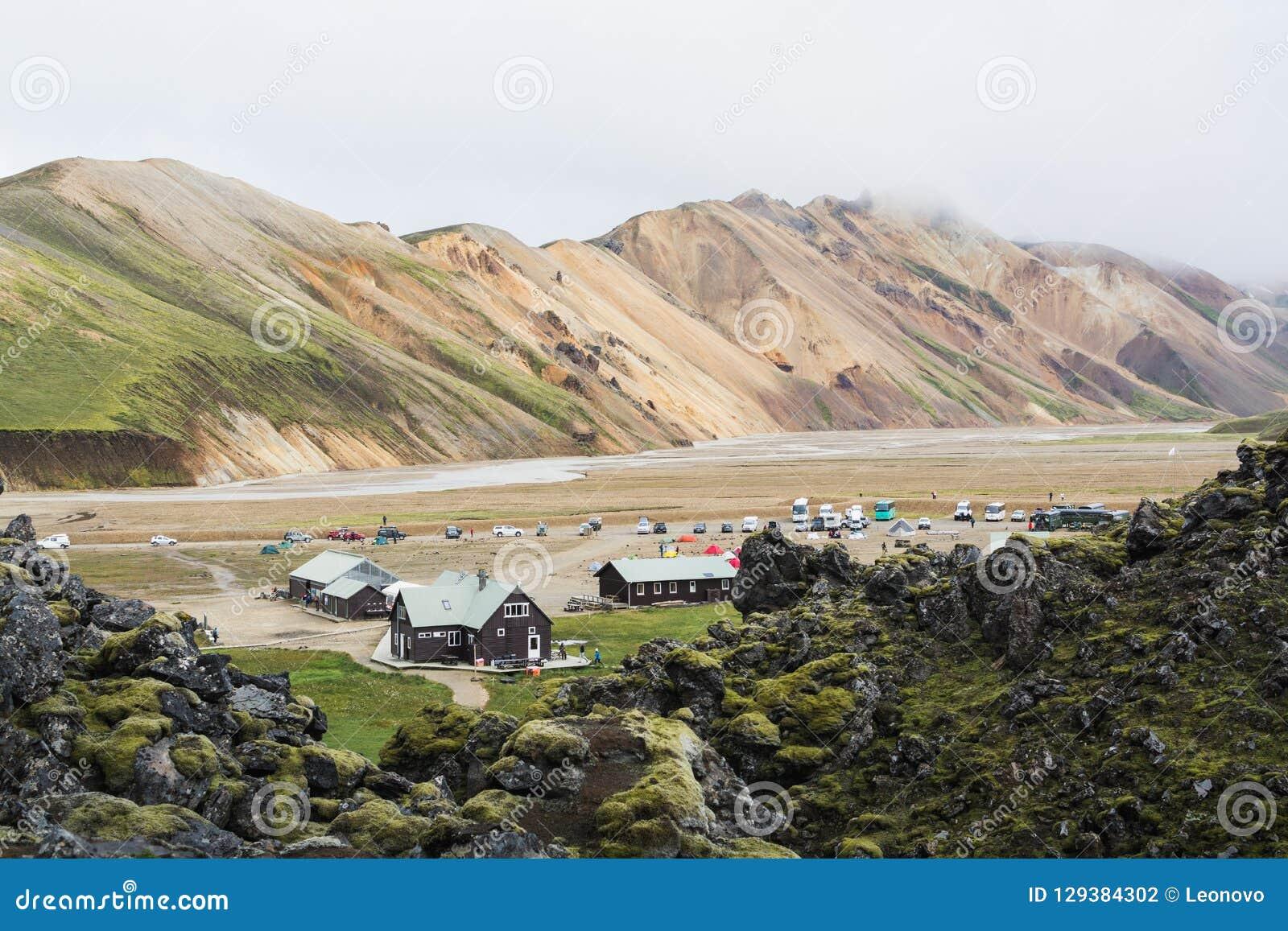 LANDMANNALAUGAR, ISLÂNDIA - EM AGOSTO DE 2018: Local de acampamento de Landmannalaugar no vale colorido da montanha