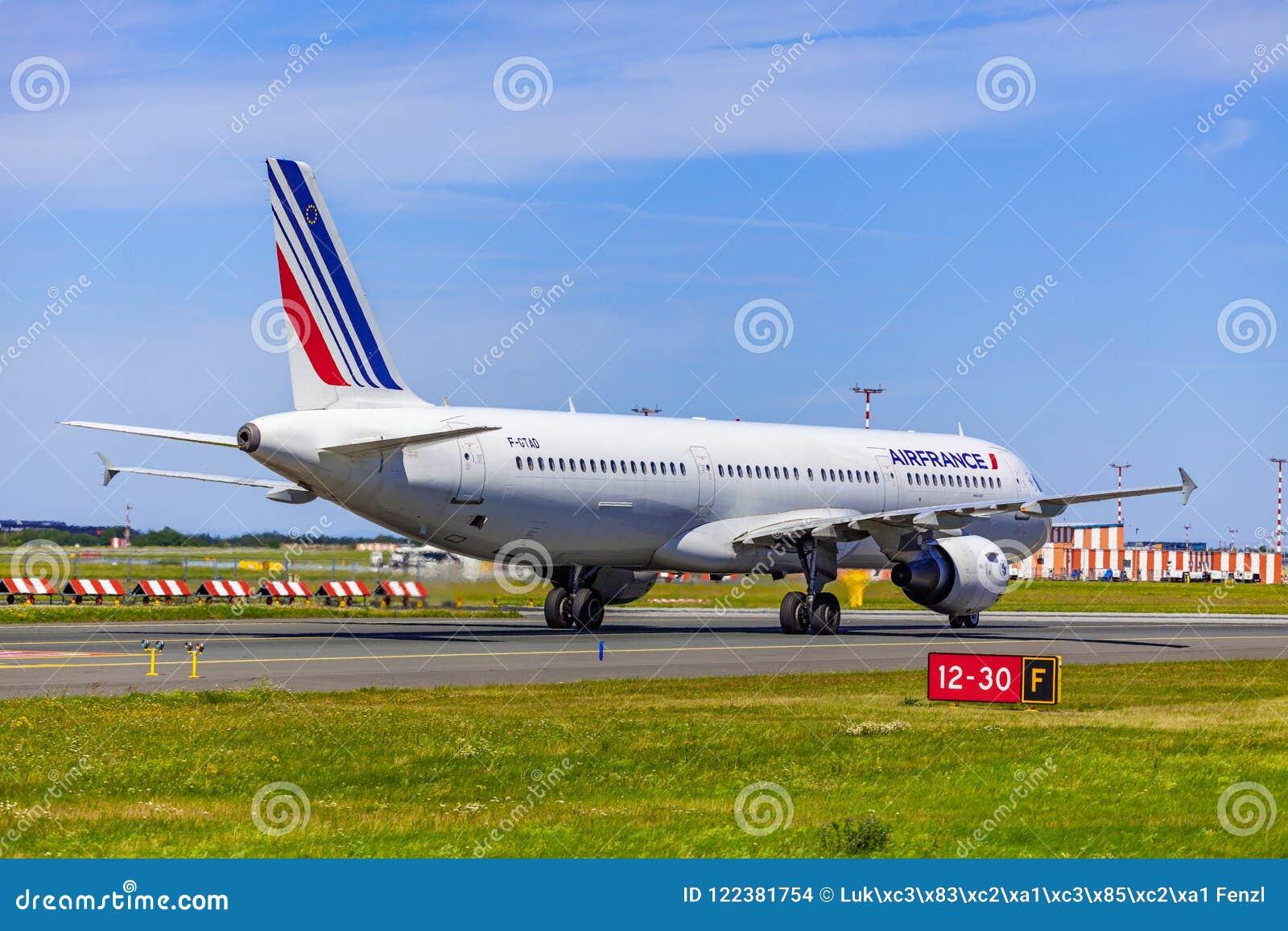 Landning och ankomster på den Vaclav Havel flygplatsen, Prague, Air France flygbuss A321-212 bakifrån