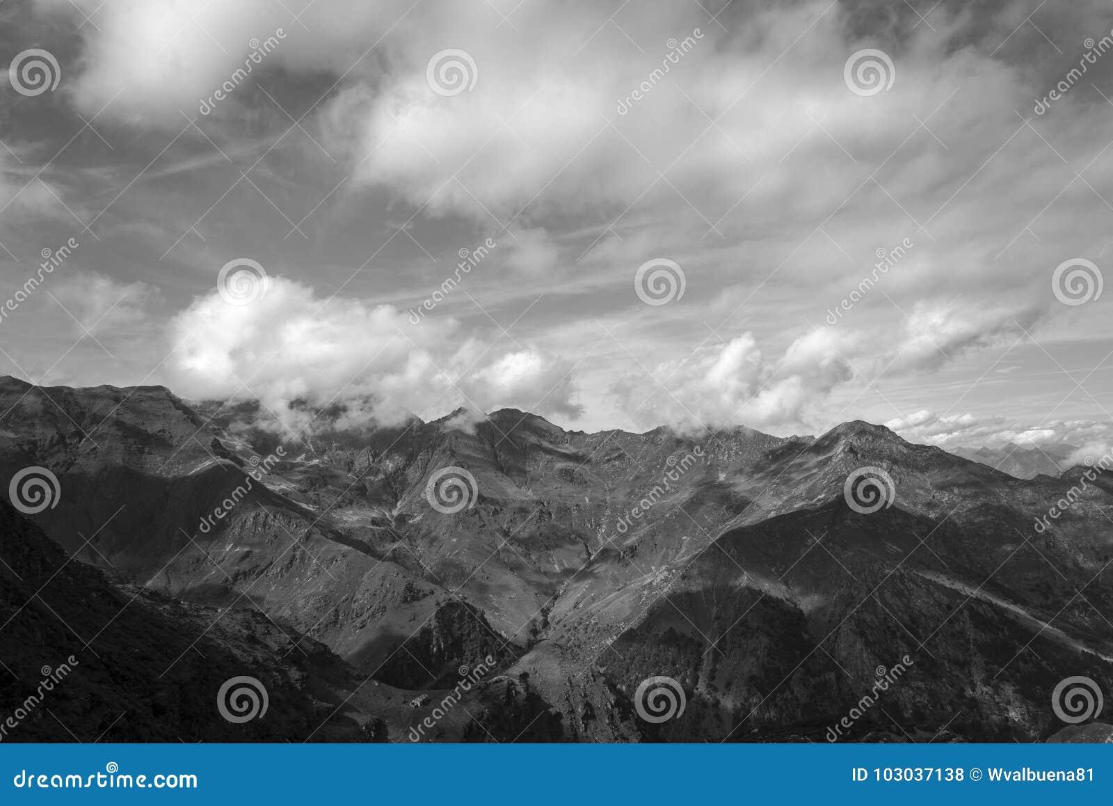 Landsacpe in bianco e nero della montagna nella valle di Strona