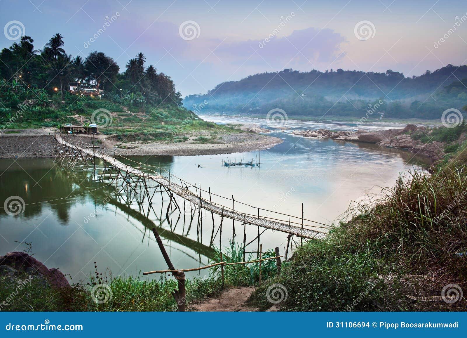 Landsbro över Mekong River, Luang Prabang, Laos.