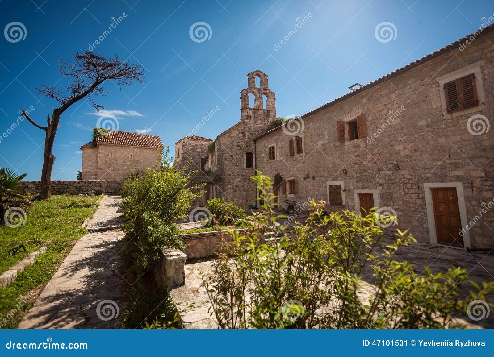 Landschaft der alten Basilika an der Festung