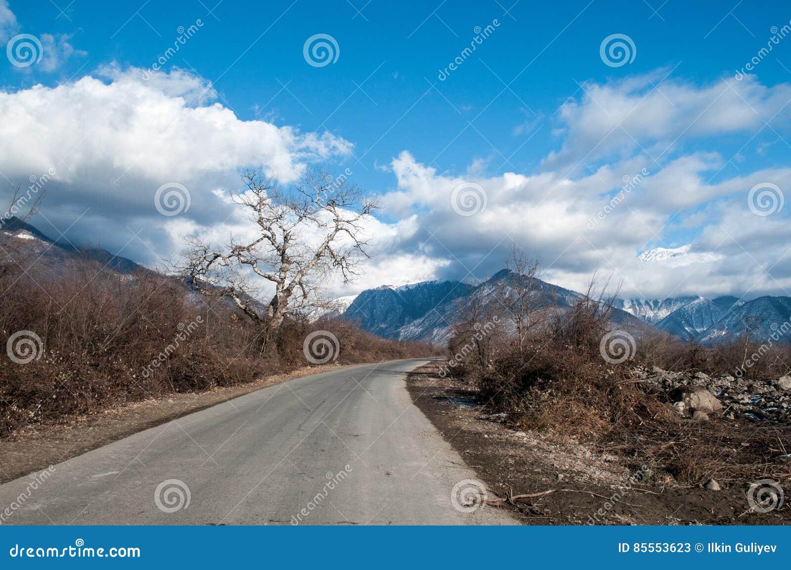Landschaft der Asphaltstraße weg durchlaufend in die Gebirgspässe die Bäume, die Dörfer und die Waldplätze oder ländliche Orte vo