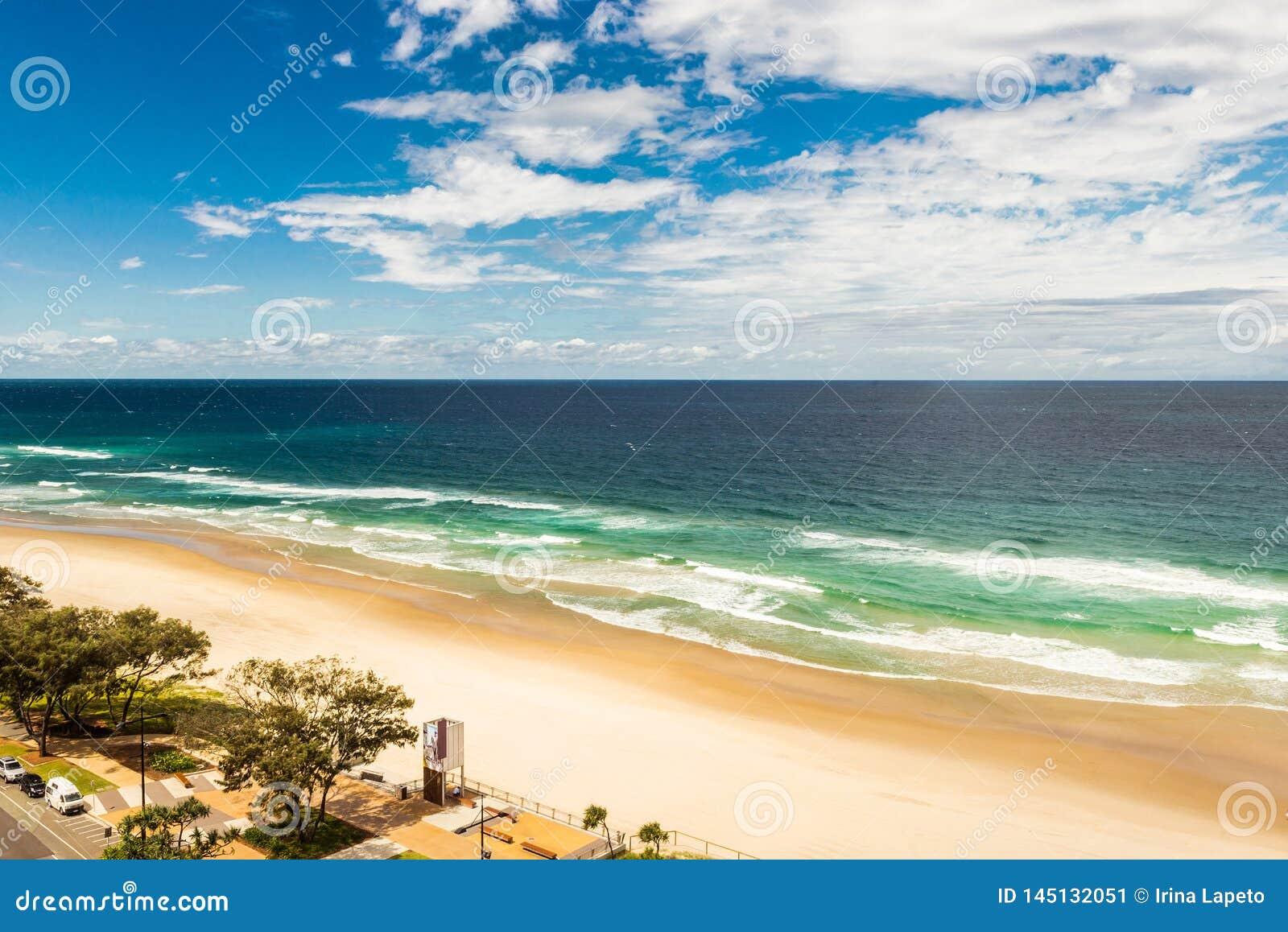 Landschaft des Meeres, blauer Himmel, sandiger Strand in Gold Coast Australien