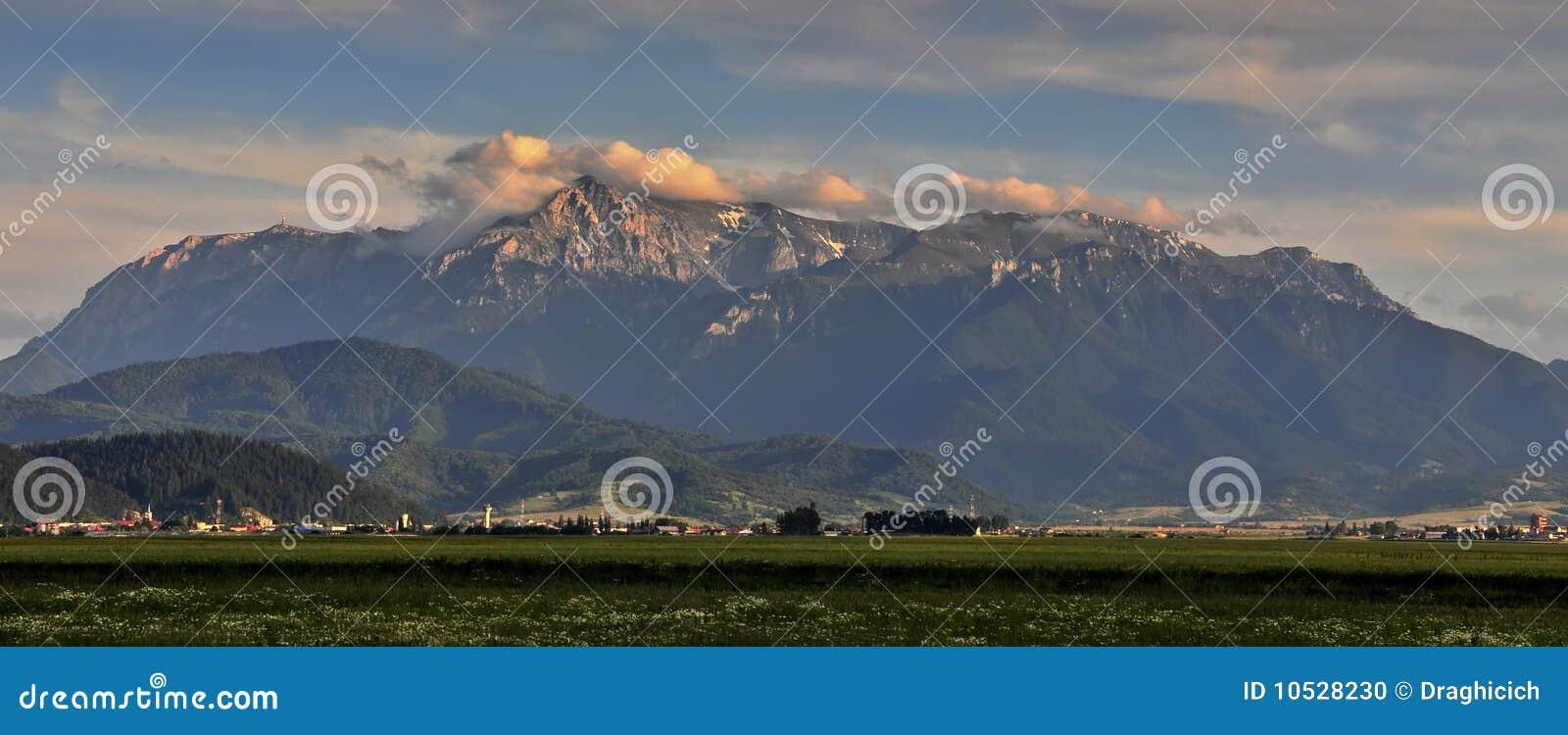 Landschaft mit bucegi Bergen