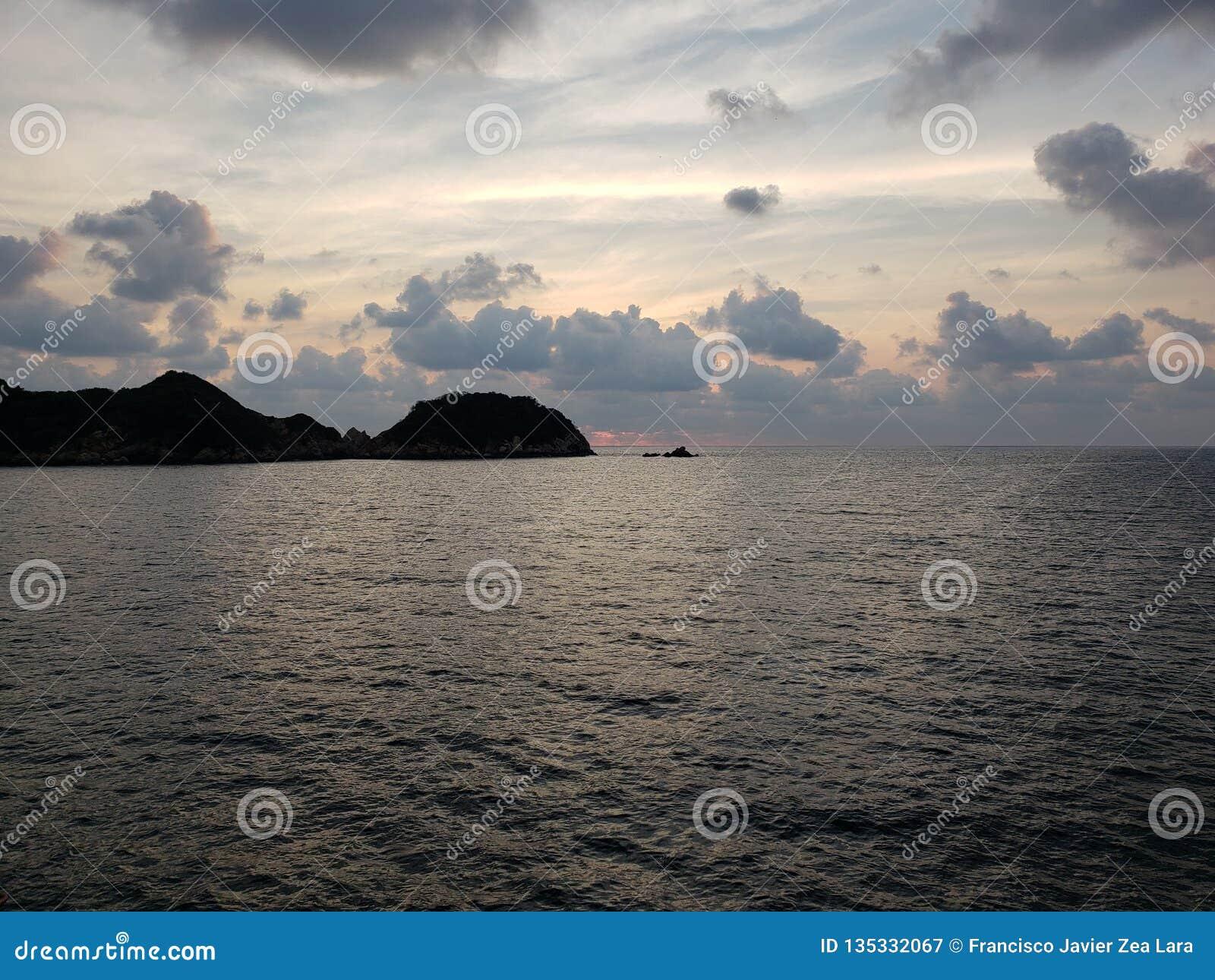Landschaft mit der Spitze der Insel von La Roqueta in Acapulco an der Dämmerung