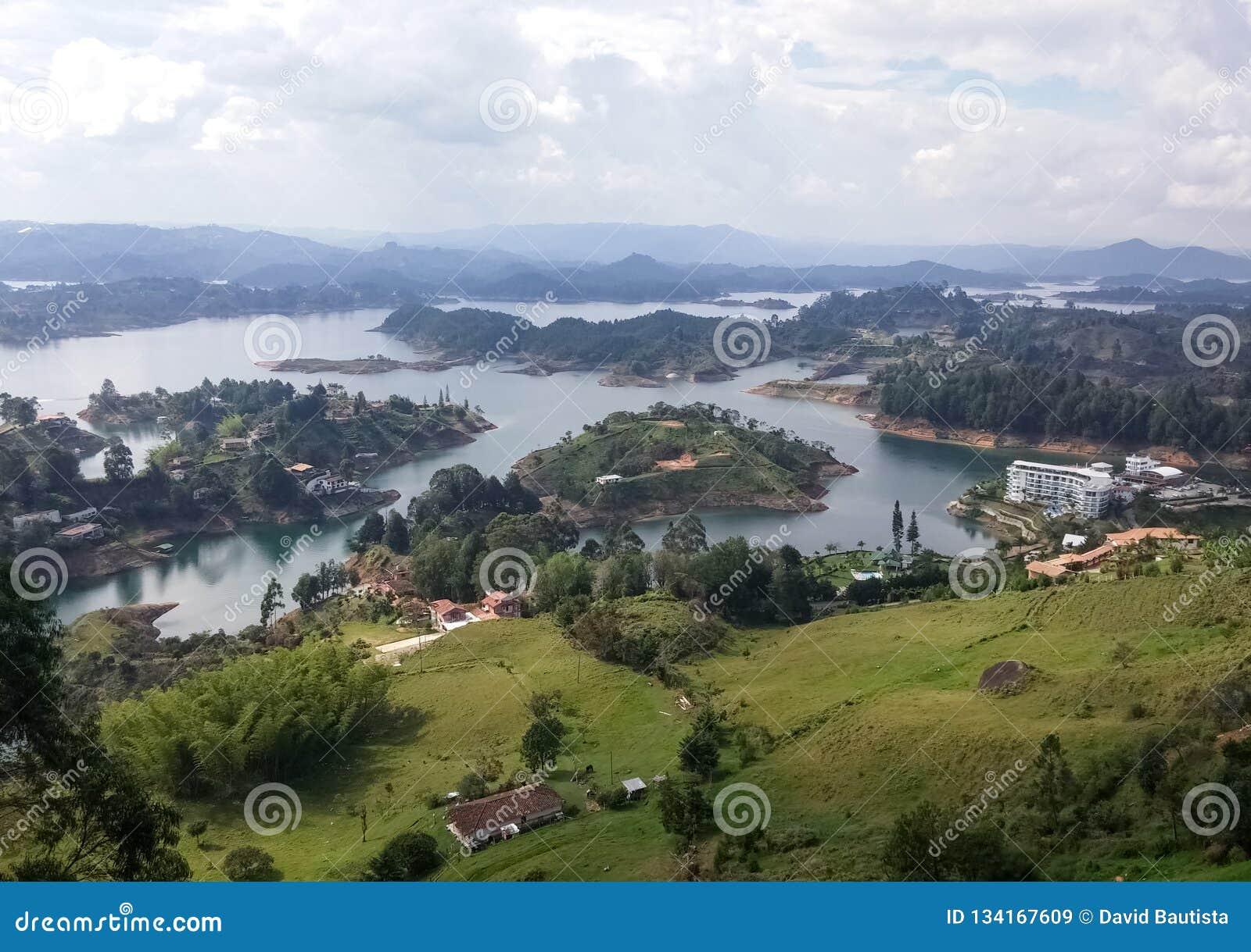 Landschaft mit ruhigen Seen, grünen Bergen, üppigen Wäldern und einigen Sommerlandhäusern