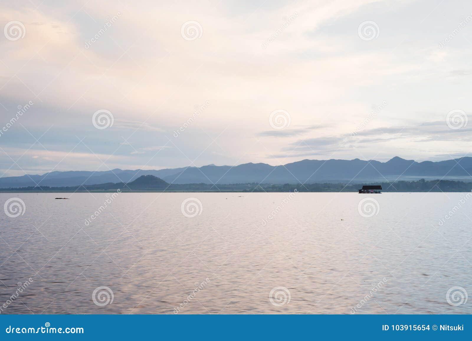 Landschaft von blauem Ozean und von klarem Himmel