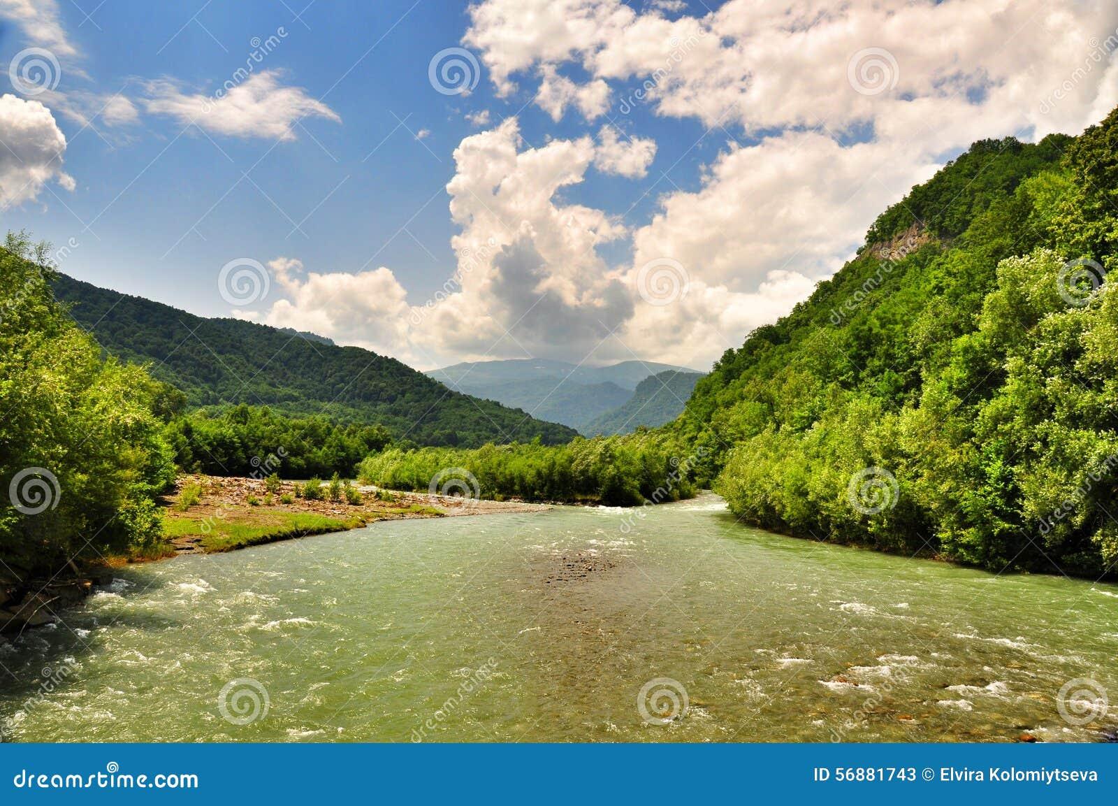 Landschaft von schnellem Fluss Malaya Laba