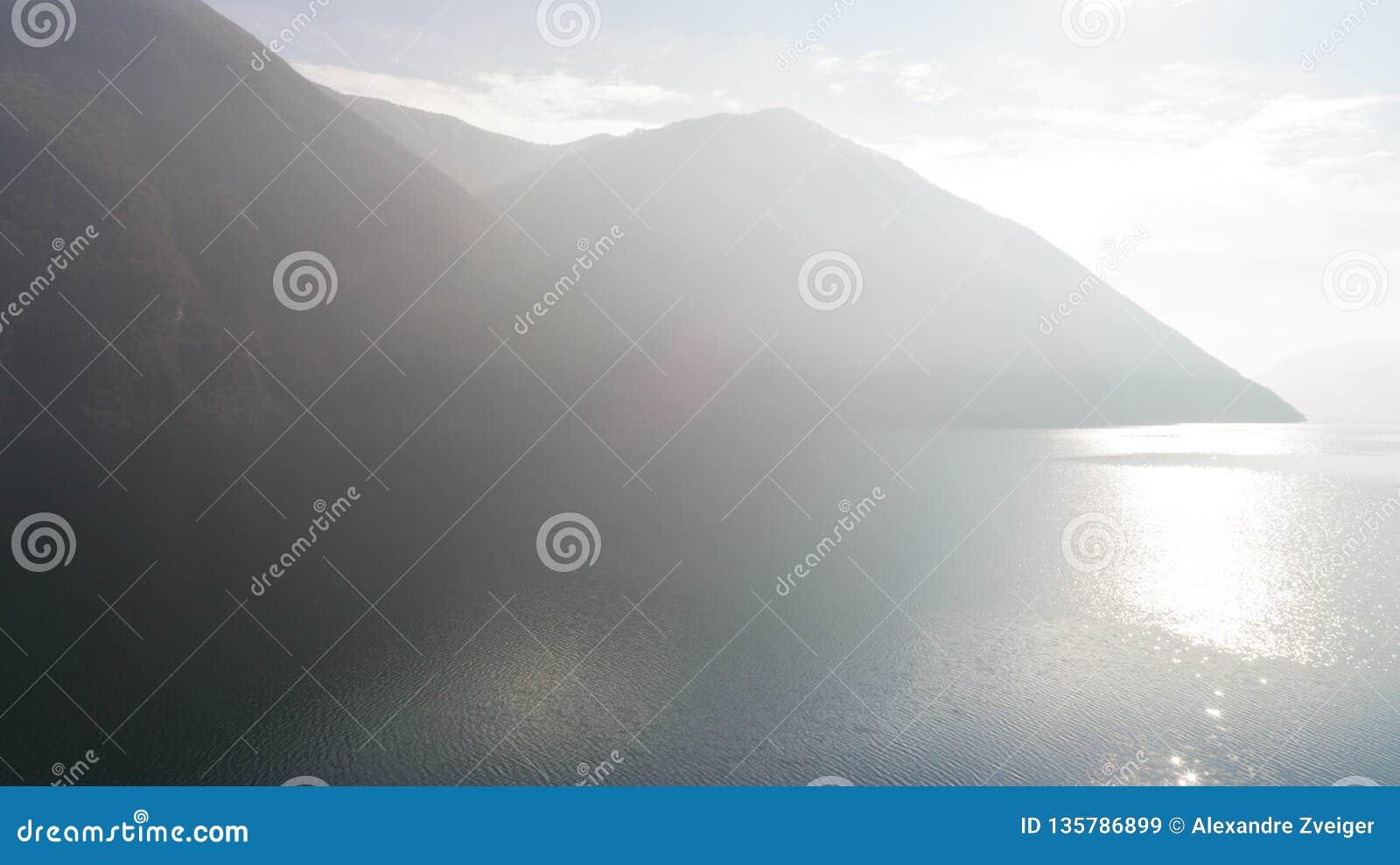 Landschaft von See Lugano, Nebel