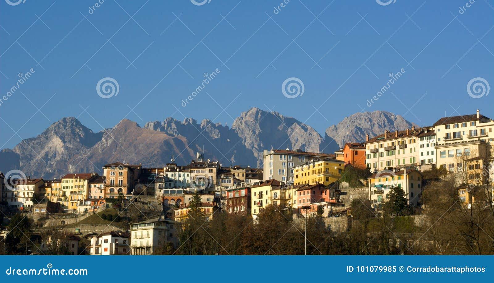 Landschaften der Stadt von Belluno, mit der Schiara-Gruppe im Hintergrund