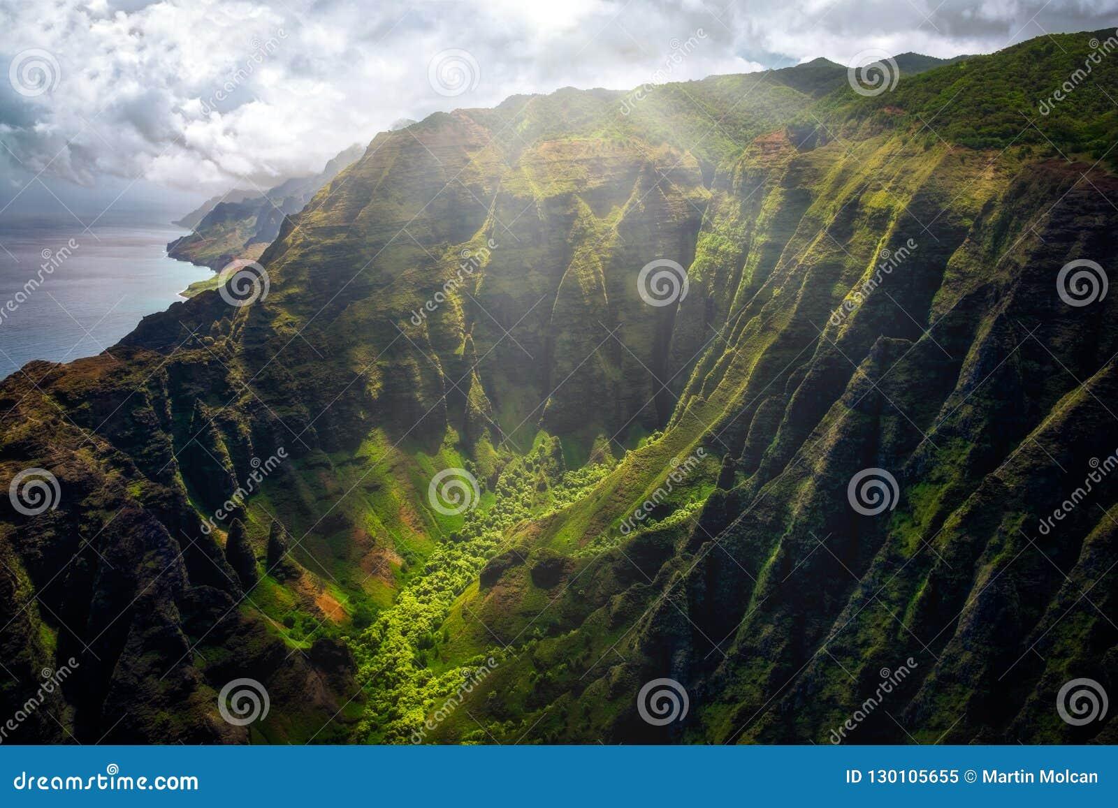 Landschaftsansicht von Küstenlinienklippen Na Pali mit Sonnenlichtglühen, Kauai, Hawaii