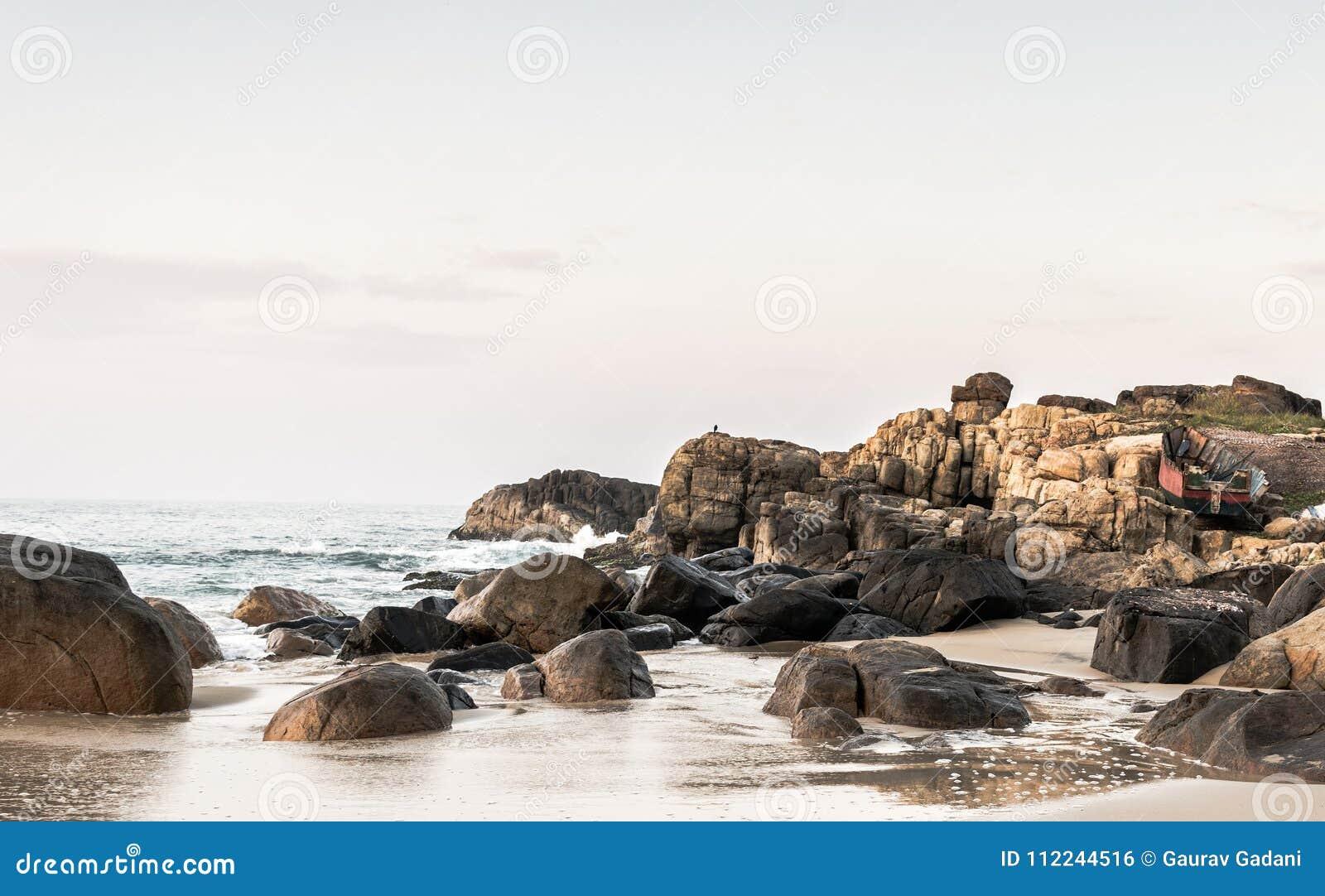 Landschaftsfoto von Felsen auf Strand