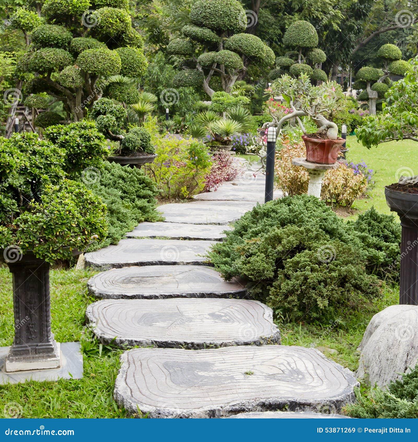 Landschaftsgestaltung  Landschaftsgestaltung Im Garten Der Pfad Im Garten Stockfoto ...