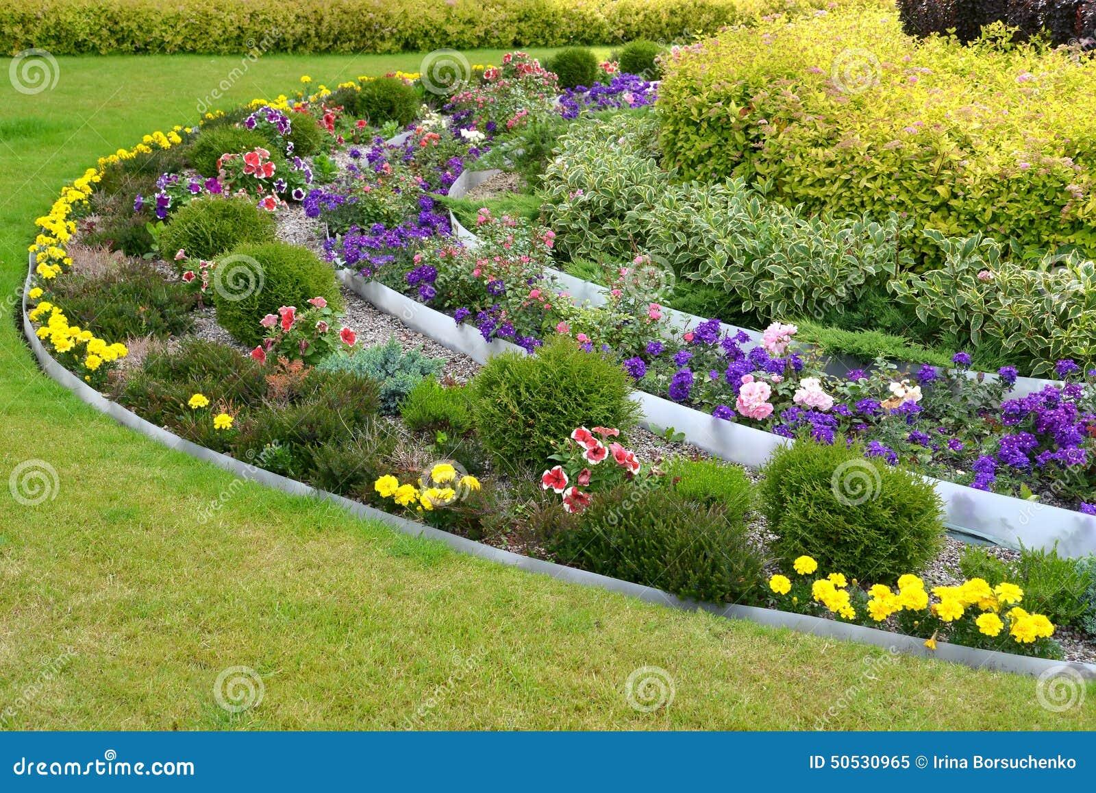 Landschaftsgestaltung  Landschaftsgestaltung Mit Blumen Und Büschen Stockfoto - Bild ...