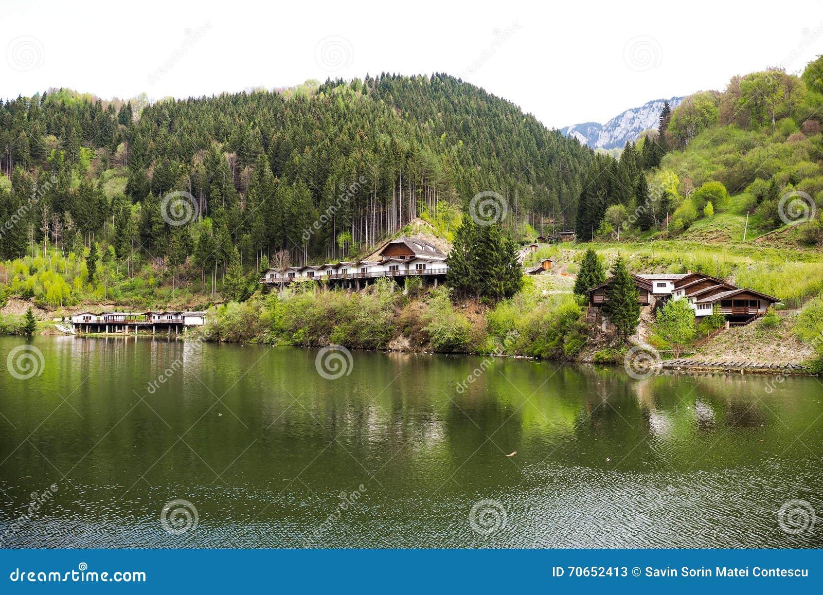 Landschap met cabines dichtbij een bergmeer