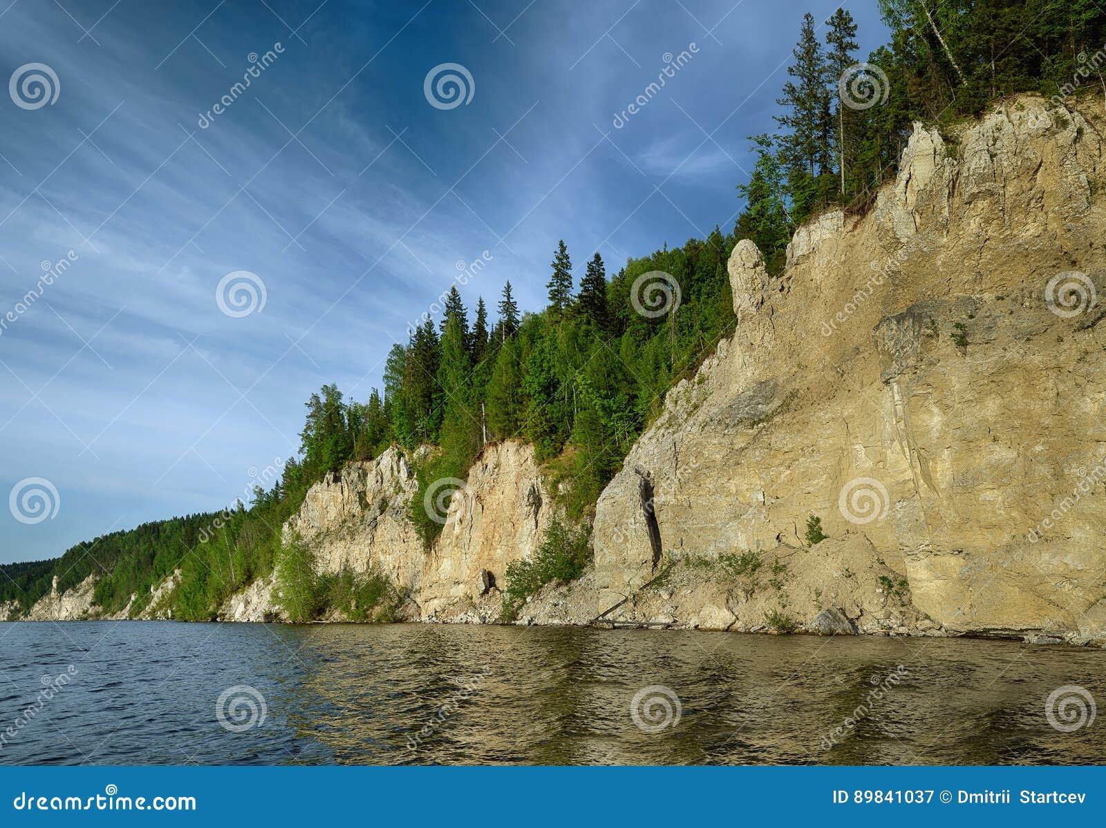 Landschap met een rots van ongebruikelijke vorm in de vorm van een penis