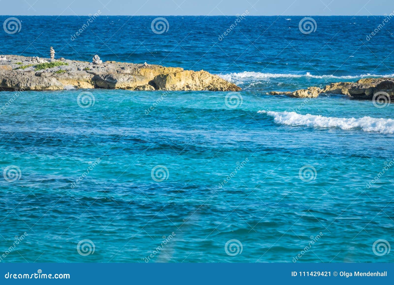Landschap met evenwichtige rotsen, stenen op een rotsachtige koraalpijler Turkoois blauw Caraïbisch zeewater Riviera Maya, Cancun
