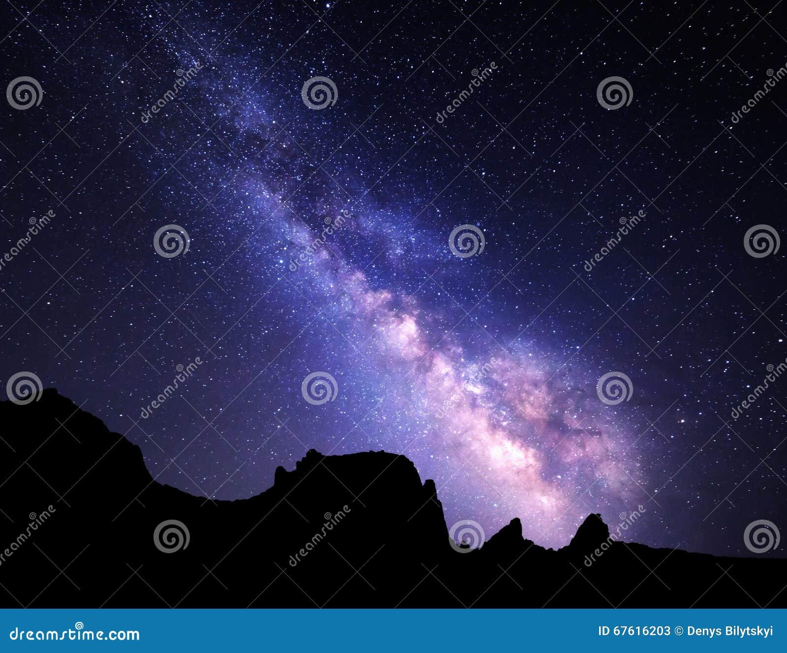 Landschap met Melkweg Nachthemel met sterren bij bergen
