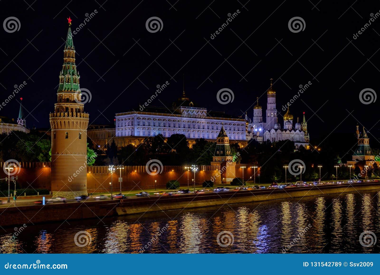 Landschap met nachtmening over de rivier en het Kremlin van Moskou