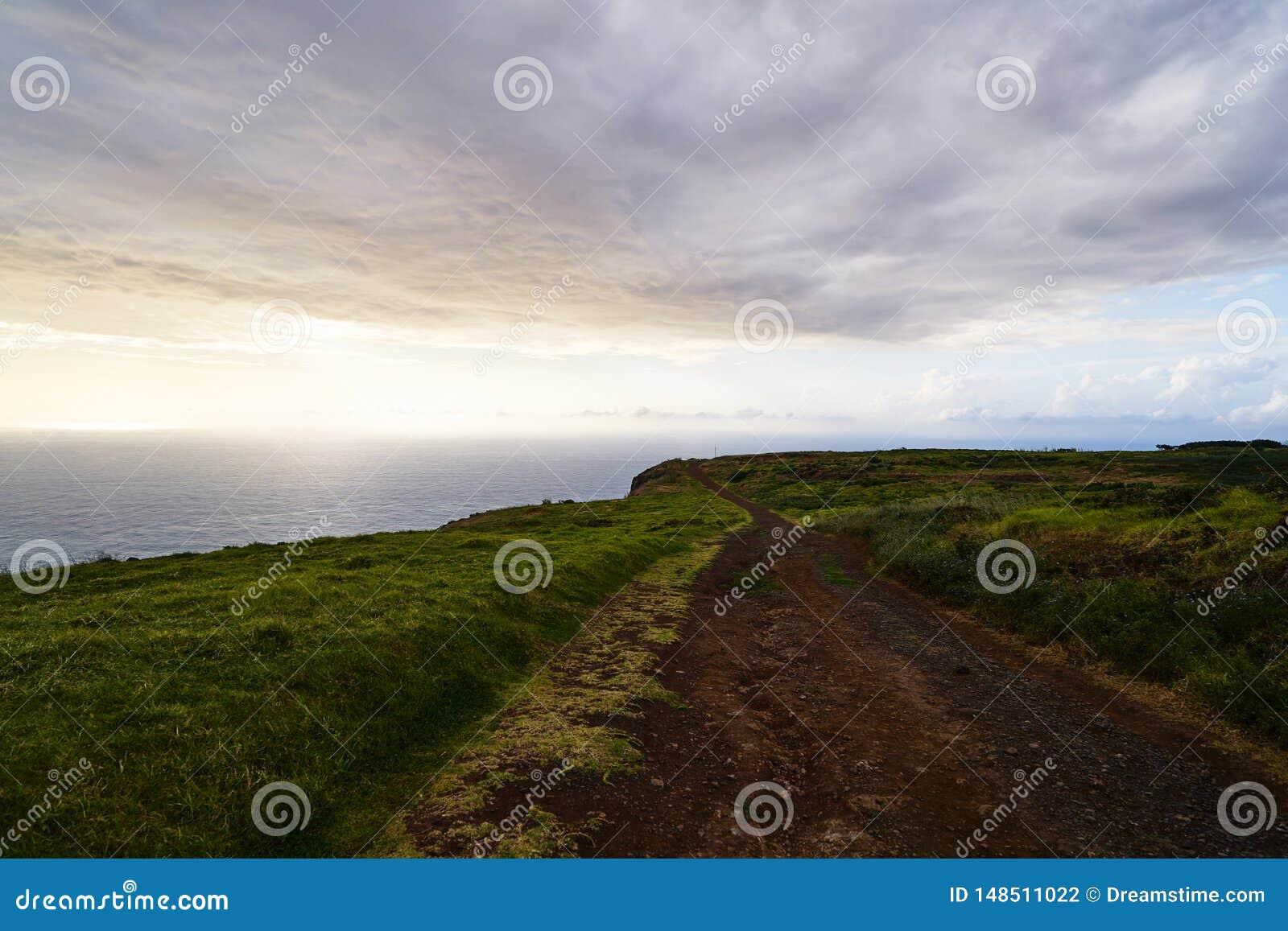 Landschap met weg bij zonsondergang