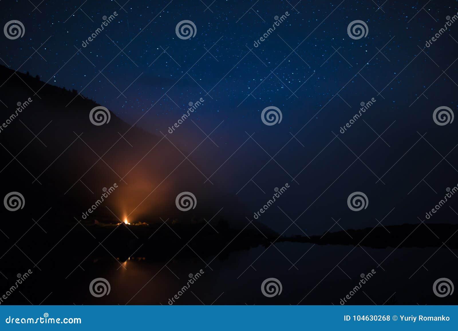 Download Landschap Op De Kust Van Het Meer In De Karpaten Bij De Nacht Met Vuur Stock Foto - Afbeelding bestaande uit toerisme, avontuur: 104630268
