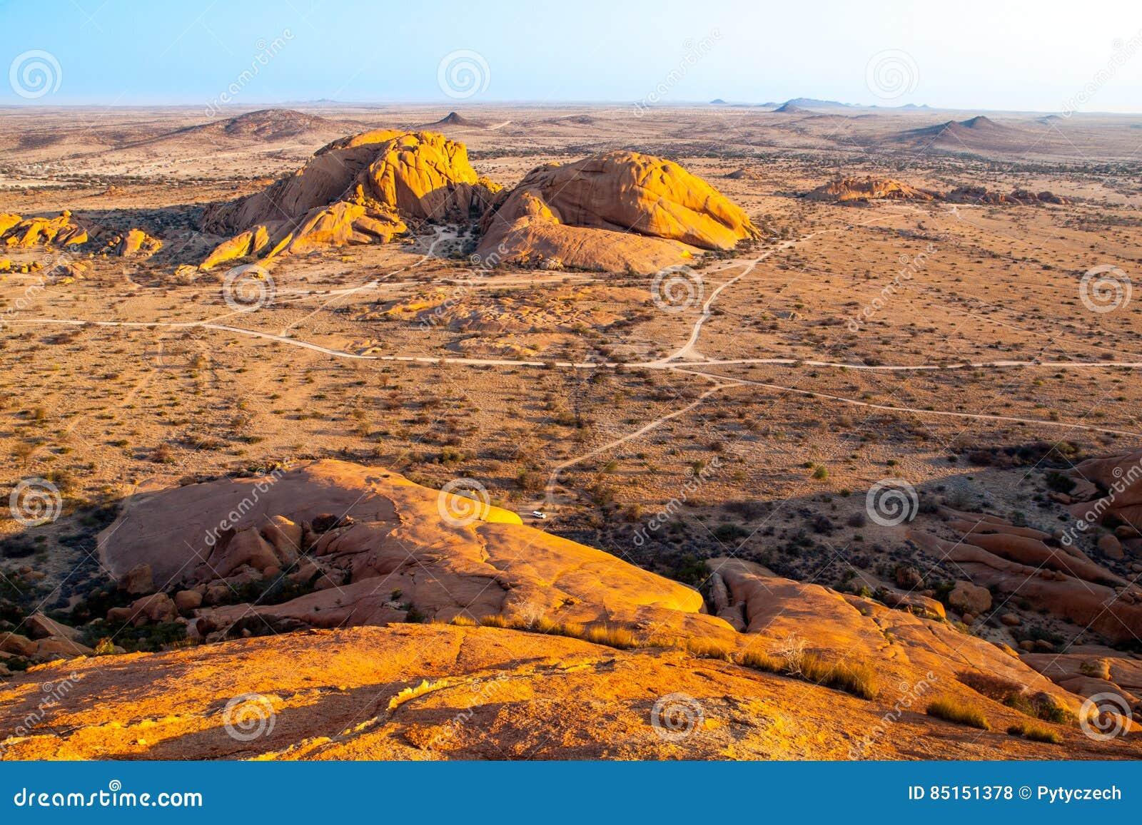 Landschap rond Spitzkoppe, aka Spitzkop, met de massieve vormingen van de granietrots, Namib-Woestijn, Namibië, Afrika