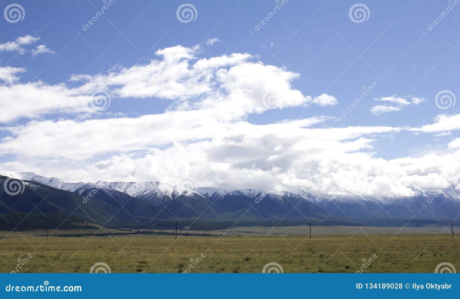 Landschap Rusland Altai In de achtergrondberg Een mooi de herfstlandschap, een mening van het bergmeer