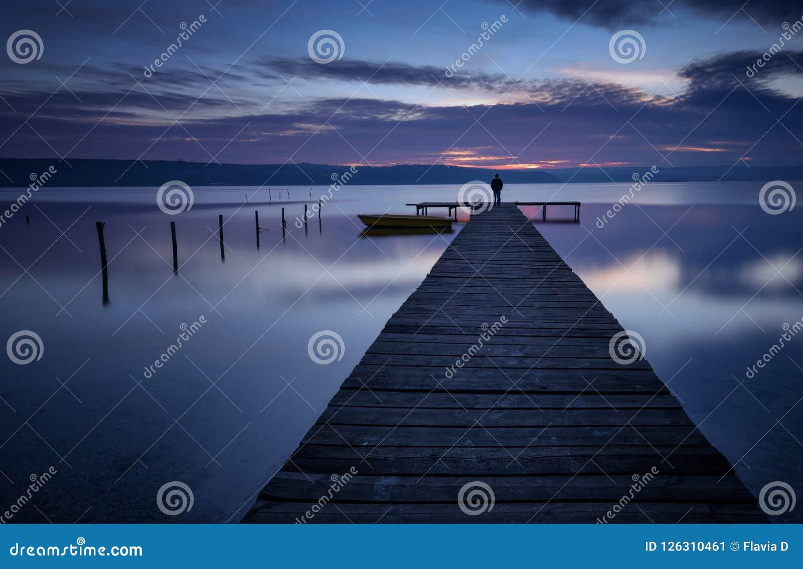 Landschap tijdens zonsondergang Mooi natuurlijk zeegezicht, blauw uur De winterzonsondergang bij een meerkust dichtbij Varna, Bul